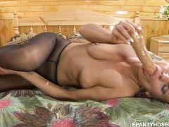 Свободная русская блондинка мастурбирует в колготках используя дилдо
