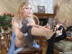 Плоская русская фетишистка примеряет капроновые колготки