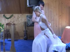 Блондинка в белых чулках и сексуальном платье трахается в попку
