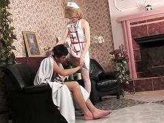 Похотливая русская медсестра трахает пациента на вызове