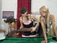Хозяйка занялась лесбийским сексом на бильярдном столе со служанкой
