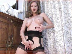 Сексапильная жена в чулках с подвязками мастурбирует перед мужем