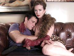 Молчаливый муж рогоносец смотрит как жена дрочит в перчатках любовнику
