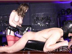 Секси госпожа трахает страпоном в жопу раба пока тот сосет член друга