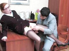 Русская секретарша в колготках по-быстрому перепихнулась с боссом
