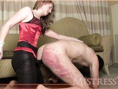 Жена трахает мужа страпоном в задницу заставляя его кончить себе в рот