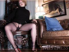 Зрелая жена в колготках демонстрирует мужу свою большую жопу