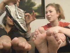 Жена и ее подруга фут фетишистки заставляют мужа нюхать их обувь