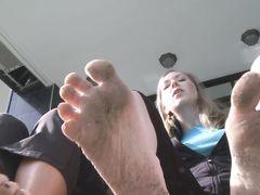 Жена госпожа и ее подруга заставили мужа лизать их грязные ноги