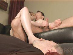 Жена занимается сексом с любовником заставляя мужа куколда лизать ноги