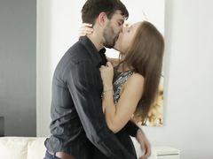 Небритый бойфренд трахнул в анал красивую русскую девчонку