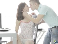 Влюбленная русская пара занимается анальным сексом после завтрака
