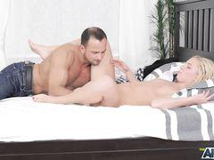 Красивый анальный секс с русской блондинкой на большой кровати