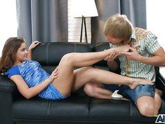 Нежный красивый секс на кожаном диване двух юных любовников