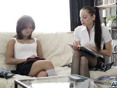 Две русские студентки обучаются сексу со своим одногруппником