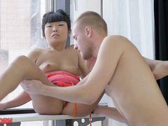 Нежный молодой блондин красиво трахает русскую азиатку