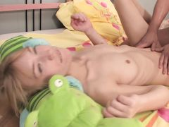 Плоская русская блондинка получила сперму в попу после анала с парнем