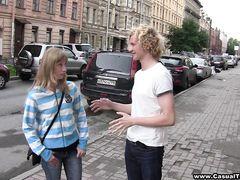 Кудрявый русский блондин развел на секс случайную девчонку с улицы