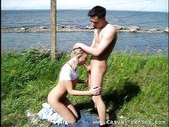 На берегу озера блондинка в джинсах ротиком ублажает жениха