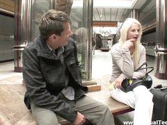 Прикольный русский пикапер уговорил на секс милую блондинку