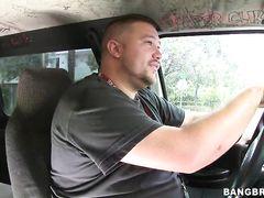 Везучие ребята трахают в машине сексуальную актрису с большими сиськами