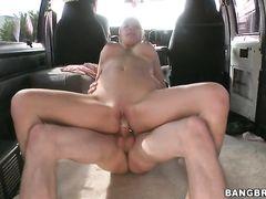 Блонда с большой грудью получила деньги за секс в машине