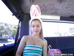 Симпатичный пикапер трахает большим членом девушку в своей машине