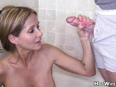 Мокрая зрелая жена с большой грудью отсосала в ванной член мужа