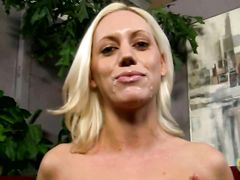 Парень кончил на лицо блондинке после быстрой дрочки руками
