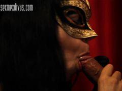 Талантливая девушка в маске красиво сосет член бойфренда