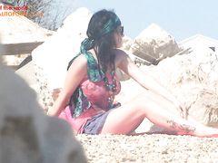 Скрытое видеонаблюдение на пляже за красивой нудисткой