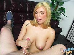 Привлекательная блондинка дрочит руками стоячий фаллос самца