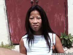 Легкодоступная азиатка трахается с пикапером в автобусе