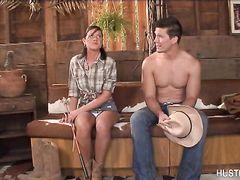 Подкачанный красивый ковбой насаживает на член деревенскую девку