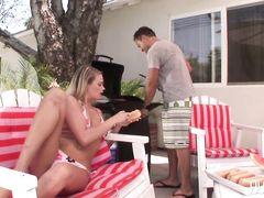 Девушка в купальнике оттрахана на улице толстым членом своего парня