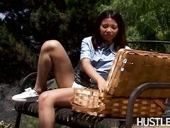 В городском парке азиатка и европеец занимаются сексом на скамейке