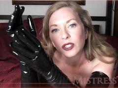 Сногсшибательная зрелая жена дрочит в перчатках из латекса член мужа