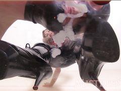 Одетая жена госпожа дрочит между ног мужу доводя его до экстаза