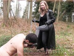 Госпожа в кожаном приказывает голому рабу облизывать грязь с сапогов