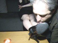Беспрекословный муж лижет ноги жены фетишистки в ночном клубе