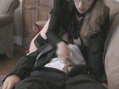 Очкастая зрелая жена дрочит в одежде мужу сидя пиздой на его лице