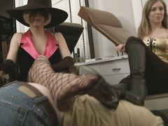 Муженек раб ублажает жену фут фетишистку и ее подружку на вечеринке