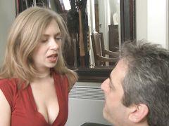Послушный муж раб своей жены целует ее красивую задницу