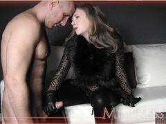 Лысый муж раб своей жены вылизывает ее красивые ножки