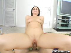 Секс от 1 лица закончился камшотом на язычок брюнетки