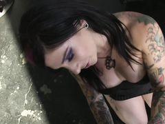 Сексуальные неформалки с татуировками на теле трахаются с парнем