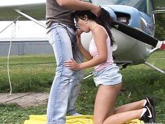 Романтичная молодая пара занимается сексом на улице рядом с самолетом