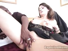 Легкодоступная зрелая женщина трахается в жопу с черным парнем