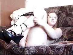 Милая толстая девушка с натуральной грудью дрочит пальцем пизду