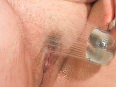 Пышногрудая толстая мастурбирует душем в ванной комнате